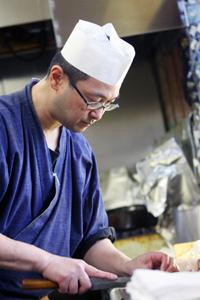 写真:調理中のマスター