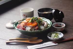 """海鮮丼   Bowl of rice topped with sashimi""の拡大写真"