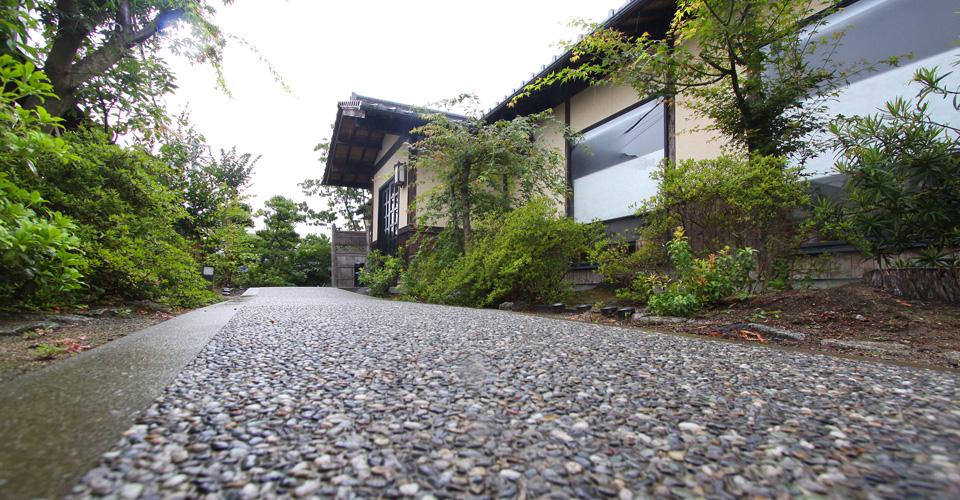 写真1:さかな工房店舗前の玄関へ続く小石の石畳